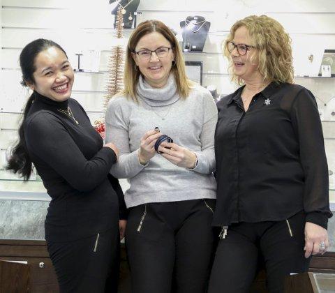 Skinnende gaver: Mary Ngim, Bjørg Eriksen og Siw Mari Lamo hos Gullsmed Rørvik forteller at smykker alltid er en vinner.