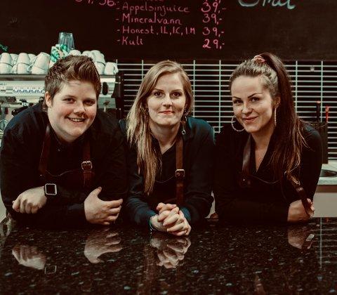Tina (t.h.), Thea og Thonje Solheim ønsker å utvide tilbudet ved kafé Smil.