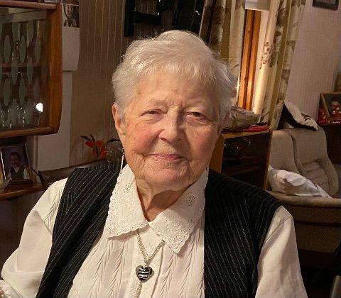 - Jentene mine sier jeg bare skal være gjest, men det blir vel til at jeg steiker ei vannvakkelskringle, sier Signe Moen om 90-årsfeiringen.