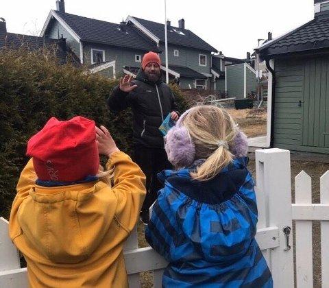 HJEMMEBESØK: Terje Johansen sørger for magiske øyeblikk sammen med barna i barnehagen han jobber i til tross for at den er stengt. Han reiser på hjemmebesøk til hele avdelingen.