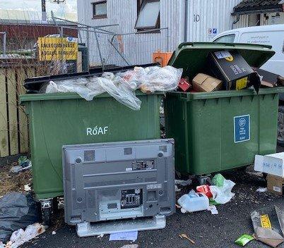 LITE HYGGELIG: Slik så det ut i Ole Bulls gate i LIllestrøm rett etter at mannskapene fra ROAF hadde tømt søppelbeholderne.
