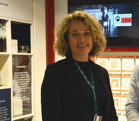 ANALOG: DNB har innsett at mange av kundene ikke kommer til å bli digitale, og laget en banktjeneste for denne kundegruppen, forteller DNB-sjef i Follo, Karen Marie Sæther-Larsen.