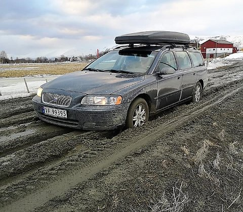 POTETLAND?: Frode Isaksen sier det var som å kjøre på et potetland, men i dag var kommunen ute og la grus i sporene.