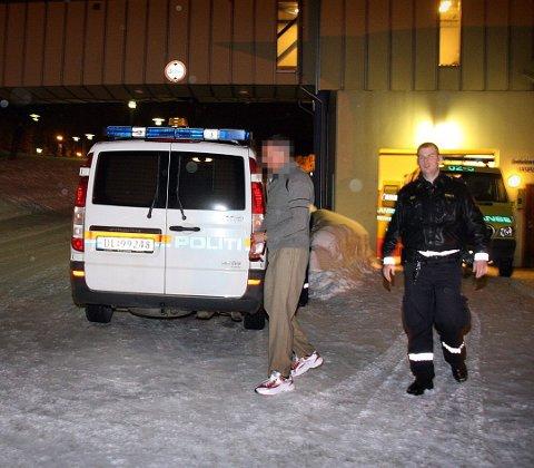 FORTALTE OM DRAP: Her blir den siktede bragt ut av legevakta i Tromsø og ført til politihuset i Grønnegata. På vei til legevakta fortalte han til politiet at han hadde drept tre mennesker. Foto: Stian Saur
