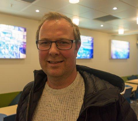 Jørn Ståle Pettersen har en finger med i mye på Nesna. Han er i tillegg til næringslivsmann også medarrangør for Sjyen-festivalen. Her fra et åpent møte på campus, hvor han tok til orde for å finne løsninger i kommunen for å klare å gjøre seg attraktiv for de hundretusner av turister som kommer innom Nord-Norge årlig.