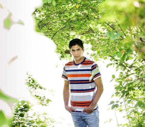 Ahmad Faheem Jahya sier situasjonen hans er uholdbar. Han er rastløs og klarer ikke starte et liv når framtida er så usikker. – Jeg ønsker bare et svar på hva som kommer til å skje med meg, sier han.FOTO: TOM GUSTAVSEN