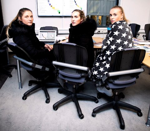 KLARER IKKE KONSENTRERE SEG: Sykepleierstudentene Emilie Stordal, Simone Evensen og Hege Wilhelmsen skriver bacheloroppgave men sier de ikke klarer konsentrere seg når OsloMet-bygget er så kaldt. FOTO: LISBETH LUND ANDRESEN