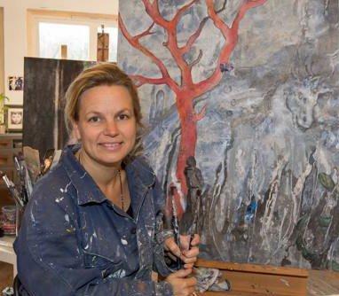 ETTERLYSER MALERI: Svanhild Rohdin har fått et utsmykningsoppdrag for kommunen, men maleriet hun skal bruke er kommet på avveie.