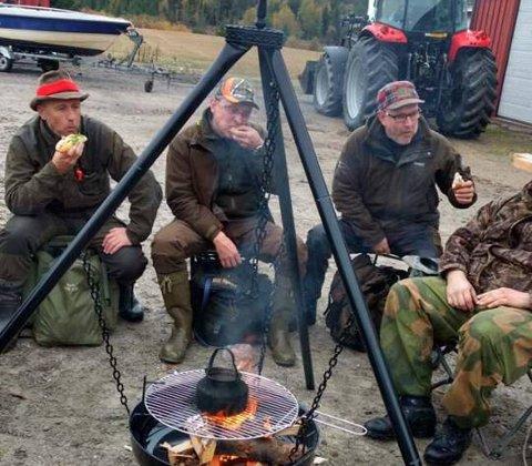 Jegerne i Bjørnland/Torskenes elglag i Tune kunne feire fellingen av en piggokse lørdag morgen med varm kaffe og noe å bite i på Tømmeholt.