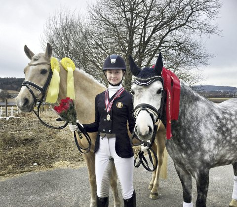I GRENLAND: Marie Schilbred og hestene Jojo Zefine og Prinzessin var med i halhallmesterskapet i dressur.