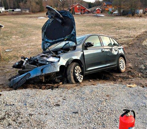 Bilen fikk store skader etter utforkjøringen torsdag morgen.