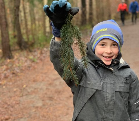 FIKK SVAR: Åtte år gamle William Jordet vil ikke at skogen han leker i nesten hver dag skal brukes til boligutbygging. Derfor skrev han et brev til ordføreren. Nå har han fått svar.