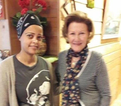 KOSELIG: Sara Siwarmalka kan nesten sies å ha kommet på hils med dronning Sonja, som la inn sitt andre uoffisielle besøk hos Saras mat i løpet av to år.   Bildet er tatt sist gang dronningen var innom. Det ble ikke tatt bilder i år i forbindelse med pandemien.