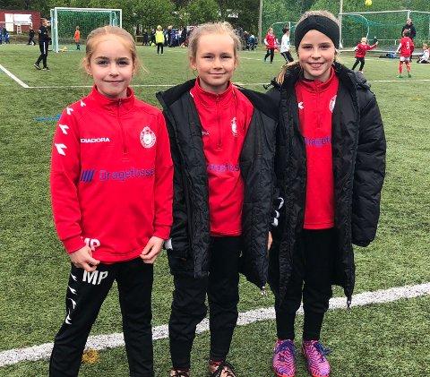 Idrettsglede: Miniputt-turneringa er godt i gang på Rognan, og i år fyller turneringen 40 åt. Mali Pettersen (8), Thila Mikaelsen (9) og Jenny Storsletten (9) fra arrangørklubben Saltdalkameratene storkoser seg på Dragefossen stadion.