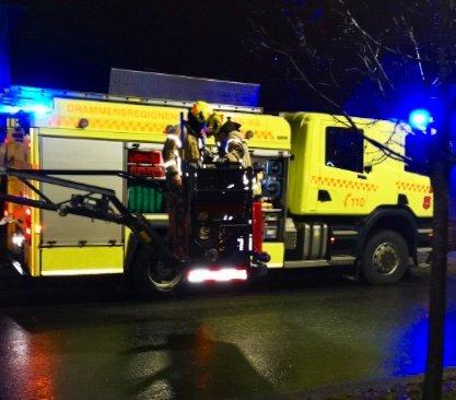 Søndag kveld rykket brannvesenet ut til denne pipebrannen i Lier.