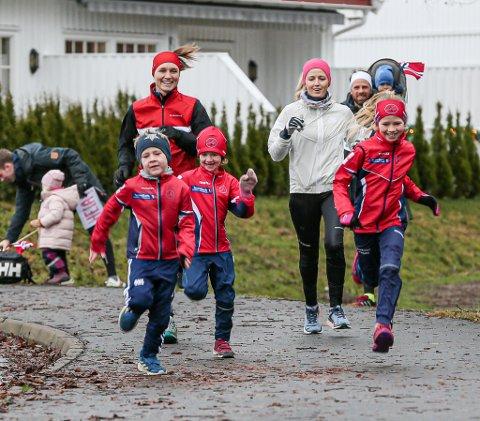 Stas i Saltnes: Gjengen som løp 2 kilometer ble heiet frem av egen heiagjeng i bakgrunnen.