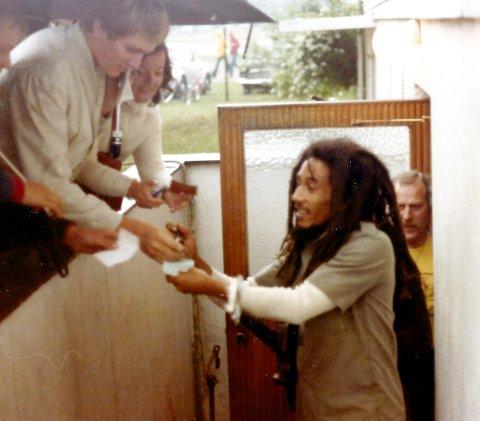 I LYSTLUNDEN: Bob Marley fotografert før konserten i Horten i 1978. Her er han på vei ut av garderoben i det som nå er Falkheimen. Reggaekongen tok seg tid til å skrive noen autografer.