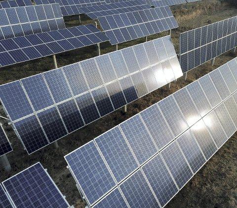 FORNYBAR ENERGI: Bakkemonterte solcelleparker er et stadig mer vanlig syn rundt om i verden – som her i Kina. Nå kan denne formen for kommersiell strømproduksjon også komme til Norge, og dersom planene lykkes kan Lunderseter Solcellepark stå klar til drift allerede om tre år.