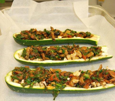 Fylt squash med pecannøtter, spinat og sjampinjonger.