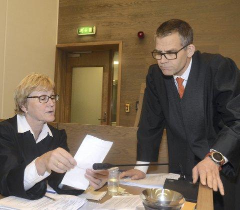 Motparter: Aktor Marit Bakkevig og forsvarer Vegard Aaløkken møtes igjen i lagmannsretten på Lillehammer. Her er de i samtale i Gjøvik tingrett like før jul i fjor. Arkivfoto