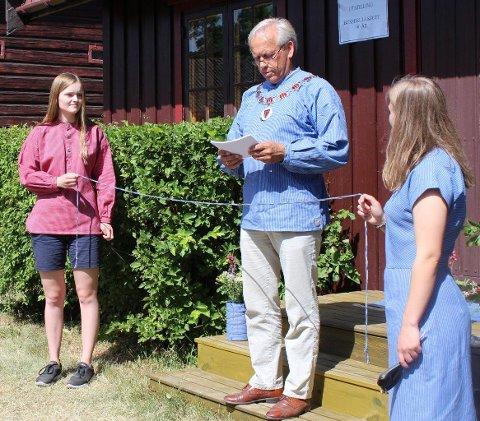 OLDEBARN: Her er det Kari og Emil Nielsens oldebarn, Thea (til venstre) og Cajsa Wien, som bistår ordfører Willy Westhagen under den offisielle åpningen av utstillingen.