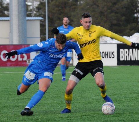 SJEF: Marius Svanberg Alm (t.h) kledde av Brann-klare Erlend Hustad i første omgang og tar gjerne rollen som Raufoss' forsvarssjef i 1. divisjon.