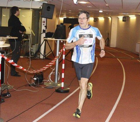 RUNDE ETTER RUNDE: Jan Helge Balto løp over 108 kilometer på 12 timer under Bisletts tribuner på den 546 meter lange banen. Det ble 198 runder! FOTO: ARRANGØREN