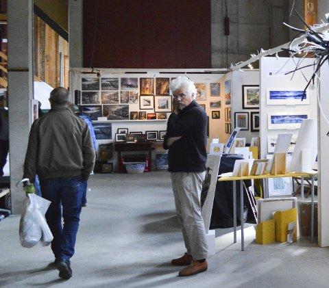 GALLERIA:  Svein Erik Larsen   har stilt ut fire ganger på Mjaavatnbrygga. Dette bildet ble tatt under Galleria i fjor.