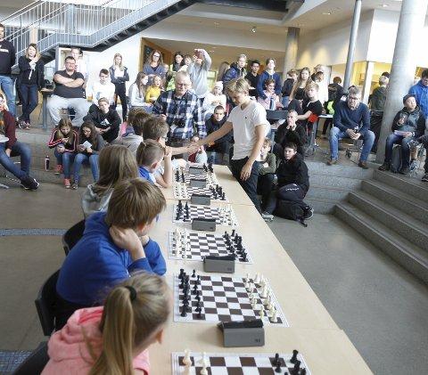 Lars Oskar Hauge (19) var på besøk på Kippermoen ungdomsskole i fjor høst og spilte simultan mot elevene.
