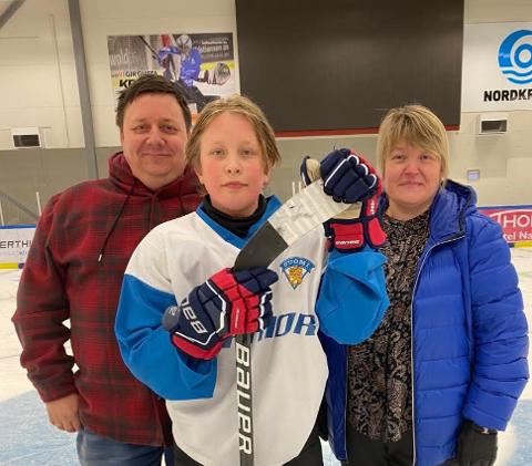 STILLER OPP: Pappa Svenn-Yngvar og mamma Lena bak sønnen Sivert Bangsund Pedersen. Familien kjørte vel 2000 kilometer for at 14-åringen skulle få spille ishockey i Narvik. Foto: Privat