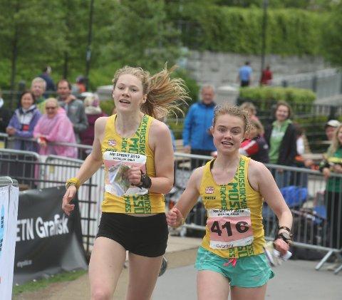 Aurora Gjølsjø (til venstre) fra OK Moss spurter inn til femteplass på sprint-NM. Lagvenninnen Johanne Bratland Carlsen kommer ved siden av. (Sveip til siden for å se et bilde til)