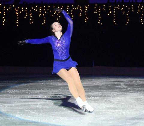 IVRIG: Martine elsker å danse rundt på isen, og viste flere kunster da Oslo Skøiteklub arrangerte juleshow i helgen. Foto: Solfrid Therese Nordbakk