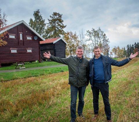 KJØPTE STORGÅRD: Kommunalsjef Per Rognerud og rådmann Magnus Mathisen ved Stokke nedre som var tiltenkt et storsykehus.. Foto: Brynjar Eidstuen.
