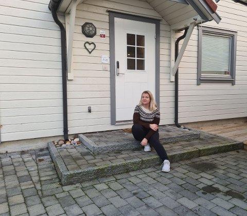 TOMT: Det ble tomt på trappa hos Heidi Renate Lund, etter at kurvene og lykta forsvant natt til lørdag.
