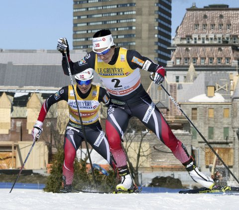 HANG BAK: Heidi Weng gikk med Bjørgen hele veien på søndag.FOTO: NTB/SCANPIX