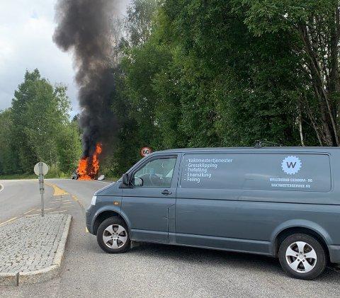 FULL FYR: Bilen sto i full fyr. Da valgte Eirik Willersrud å sperre veien med sin egen bil for å forhindre at andre biler kom kjørende forbi brannen.