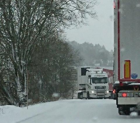 Lastebilen til venstre fikk problemer med å komme seg frem på Langnesveien i Askim.