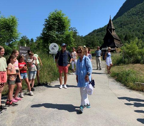 STOR STAS: Dronning Sonja var på veg ut frå omvisning i Urnes stavkyrkje då ho tok seg tid til ein liten prat med elevane som var på utflukt til same staden. Overraskinga var stor stas for elevane.