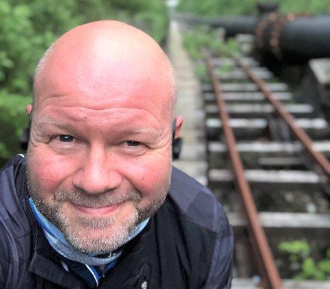 HEIMBYGDA: Morten Rørvik flytta tilbake til heimbygda Høyanger for seks år sidan. No håper han at alle i den vesle bygda skal klare å snu den negative trenden i fellesskap.