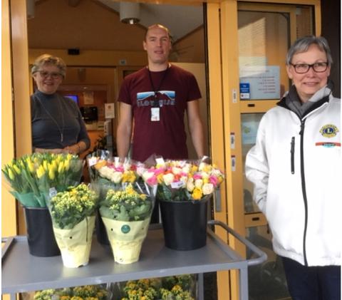 Anne Grete Skraastad og Tom Laab fra Tabo, samt Karin Hagen fra Lions klubben ved overrekkelsen onsdag.