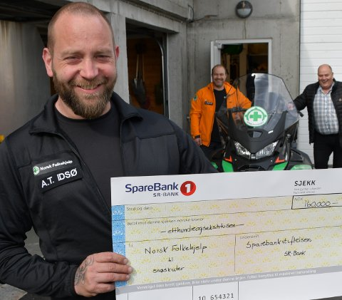 FORNØGDE: Arne Torvald Idsø, Arvid Bruntveit og Morten Næss i Norsk Folkehjelp er glade for å få pengar frå Sparebankstiftelsen slik at dei kunne kjøpa ein ny snøscooter.