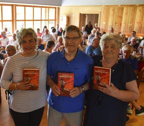gratulerer:  Ragnhild Kaste Kaasa (t.v) og Inger Johanne Bakke roste Ove Eriksen for arbeidet med den lokalhistoriske dokumentarromanen om mestertyven Murukleiven.