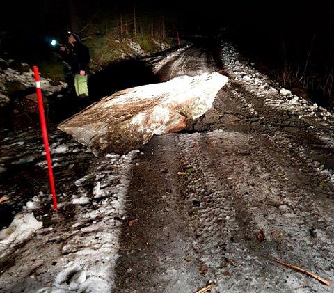 Denne steinen raste ned på den kommunale veien i Tingvoll sent onsdag kveld.