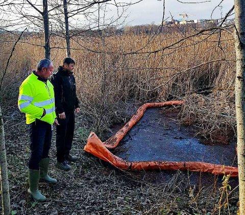 BEFARING: Kjell Thu fra Tønsberg kommune og Einar Flogeland fra Vestfold Interkommunale Brannvesen på befaring ved kulpen med forurensing tirsdag.