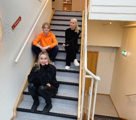 LÆRLINGER: Mikkel Albech Jordheim (19), Rebecca Thomnas (19) og Sofie Digre (22) er alle godt i gang med sitt andre år som lærling, de mener erfaringen de har fått er gull verdt.