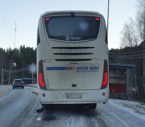 FORSINKET: Ekspressbussen fra Vy Buss måtte vente på Viking fra Fagernes. Passasjerene ble etter hvert overført til en minibuss og frakta til Hønefoss.