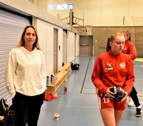 SKAL TILBAKE: Her står Linn Tandberg på sidelinja – med et kne som ikke fungerer, foran Hokksunds serieåpning mot Årstad. Det hjalp litt på humøret at Mathilde Førde (til h.) og lagvenninnene vant i serieåpningen.