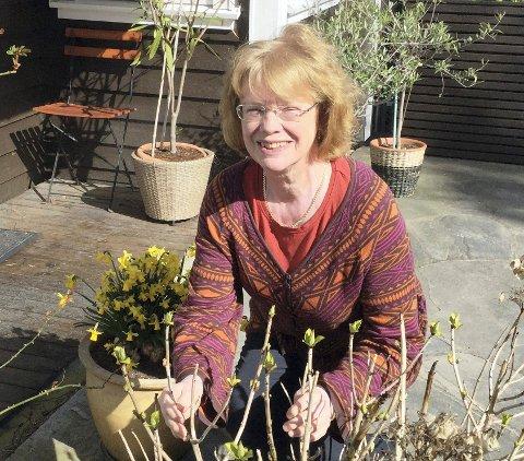 Fyldig bok: Grete Nygren Rognes har vært med i komiteen som har satt sammen årets fyldige årbok på Kråkerøy.