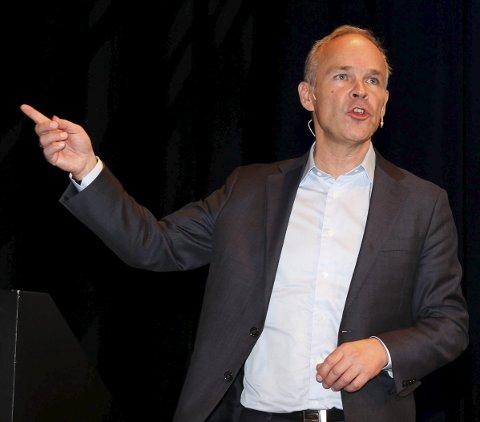 PEKER UT RETNINGEN: Større og mer robuste kommuner er løsningen på framtidens utfordringer, mener kommunal- og moderniseringsminister Jan Tore Sanner (H).
