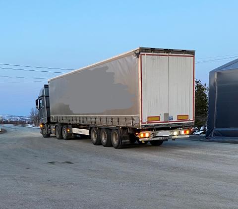 FIKK IKKE KJØRE VIDERE: Sjåføren måtte levne en trailerlast med dopapir. Statens vegvesen står for deler av sladdingen.